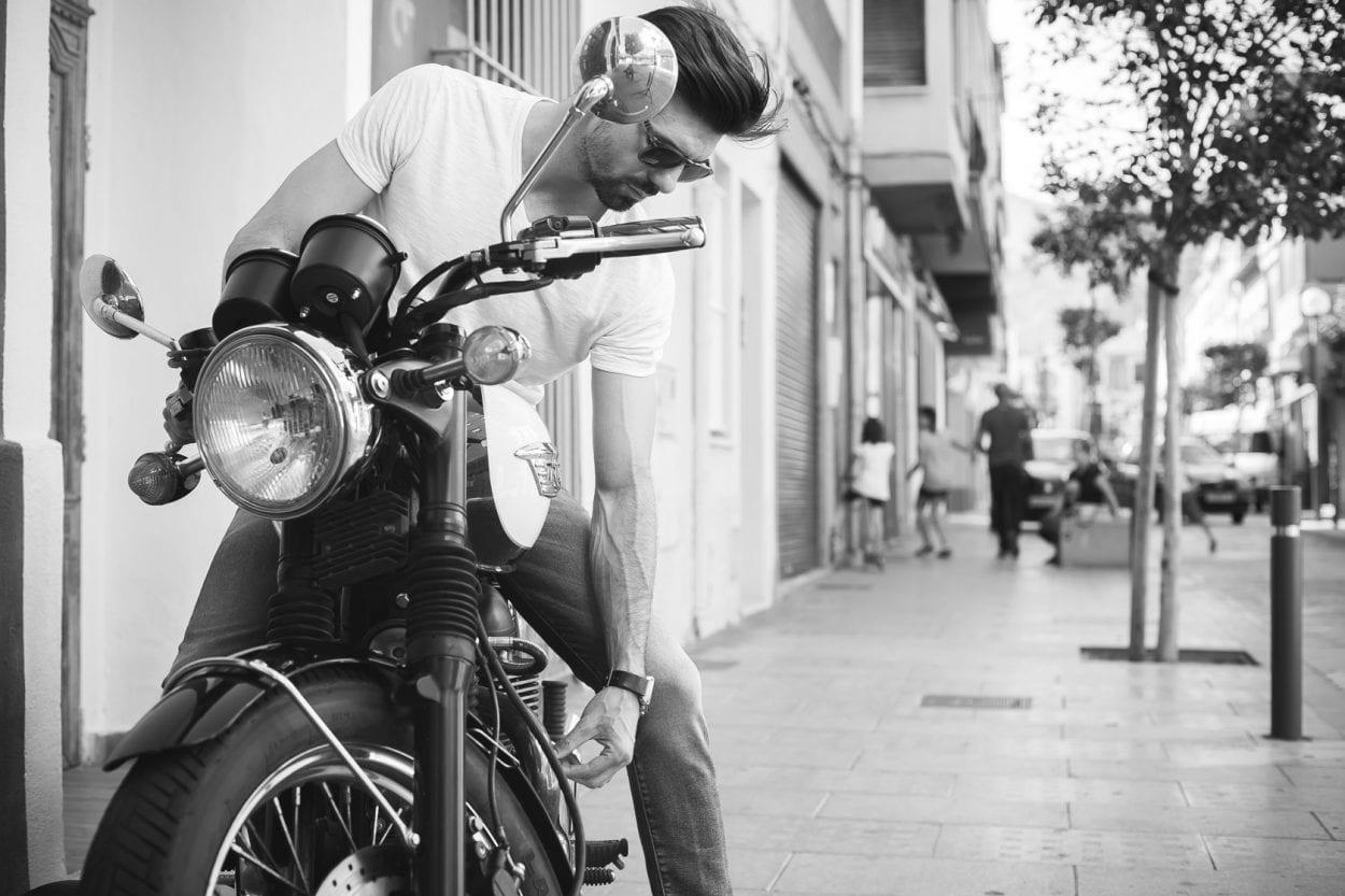 Fotografía de retrato a Miguel Real en moto