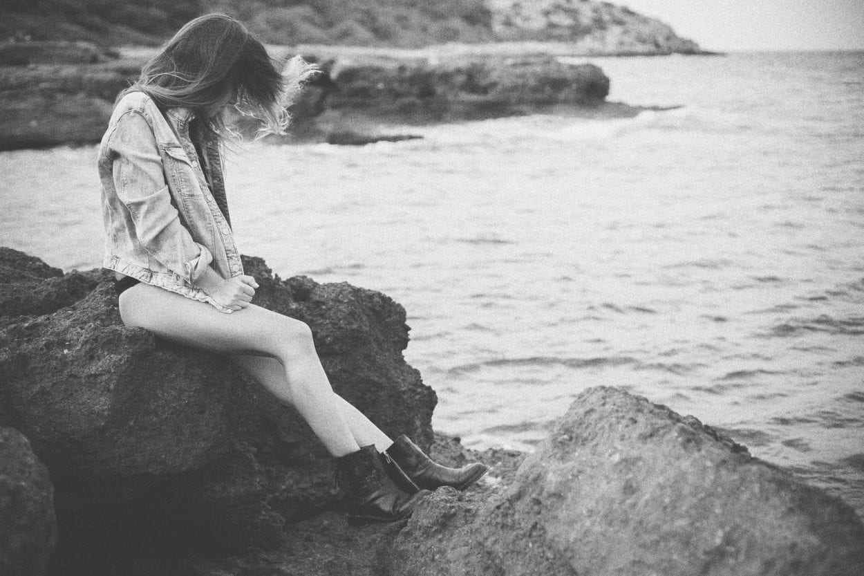 Fotografía de retrato a Lola en la playa de la Renegá