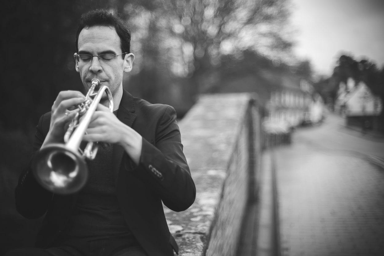 Fotografía de retrato de Antonio Manuel Reyes trompetista