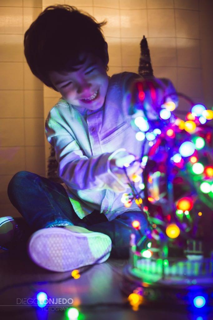 Fotografía del retrato de un niño jugando