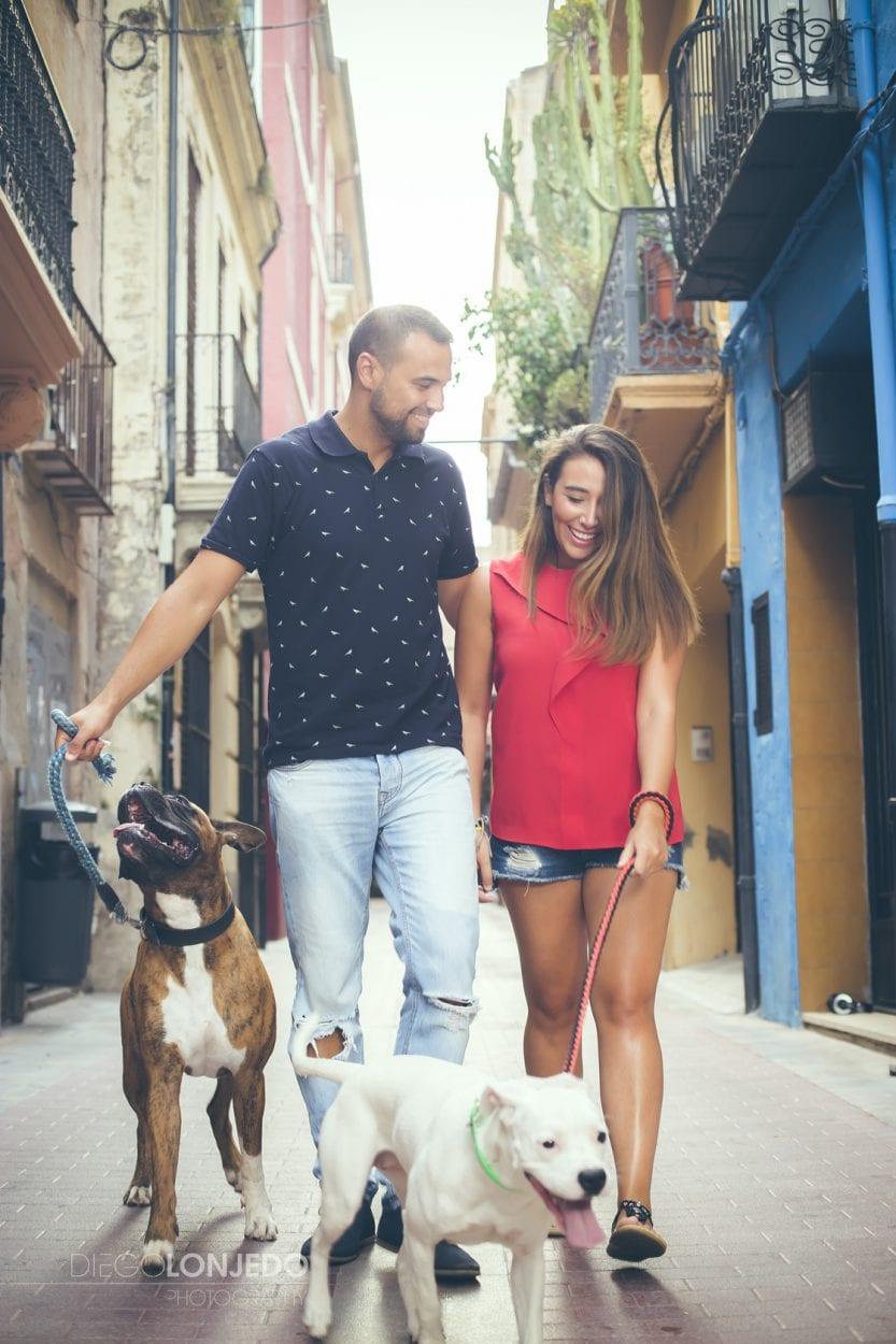 Retrato de una pareja junto a sus perros