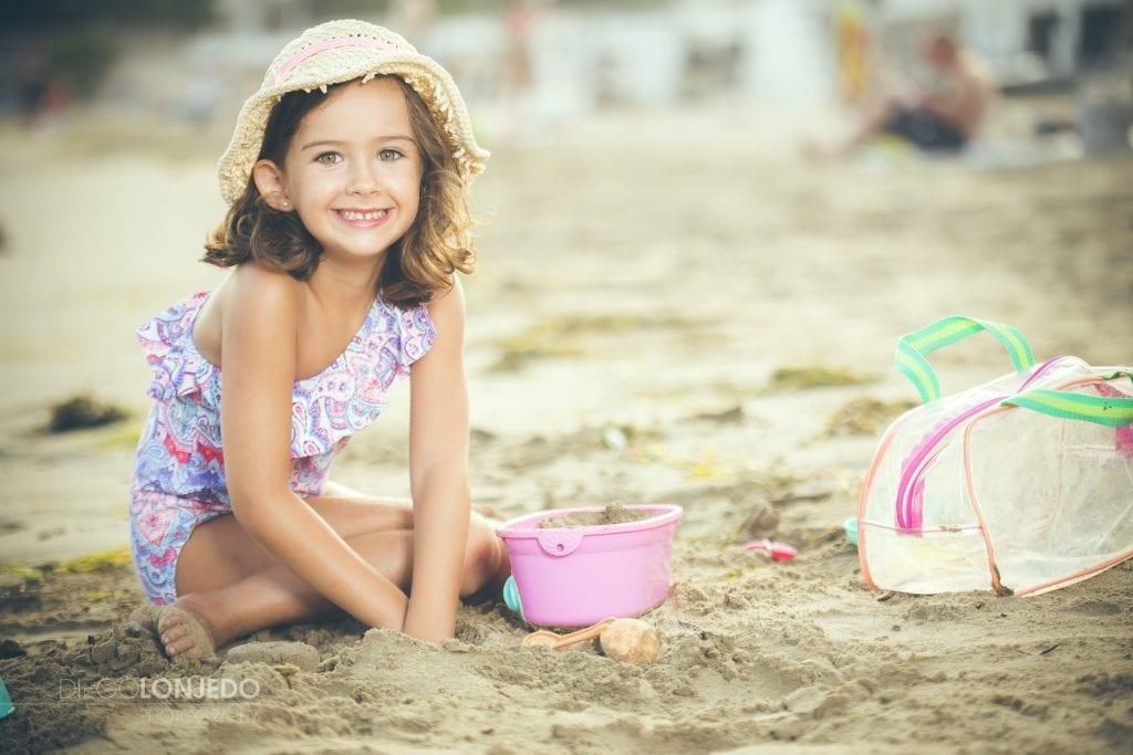 Retrato de Sara jugando en la playa