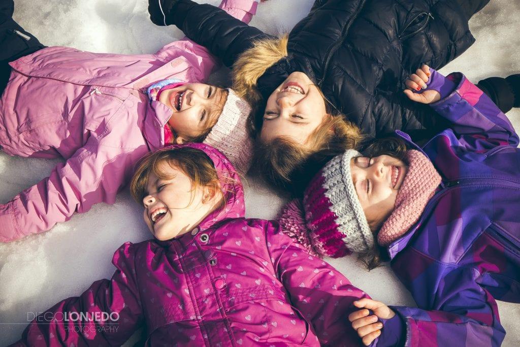 Fotografía de unas niñas en la nieve